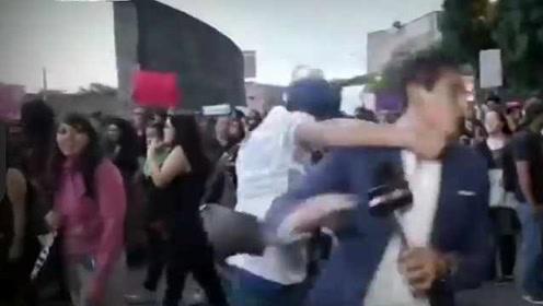 墨西哥城抗议性侵游行,记者报道时突然被陌生男子打倒在地