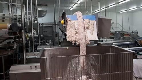 实拍国外香肠生产车间,重磅肉柱从天而降,场面太震撼了