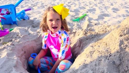 带孩子到海滩玩耍,兄妹俩竟挖坑把自己埋了?爸爸醒来慌了!