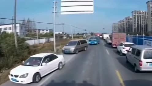 正能量:消防车出警遇到堵车,司机纷纷主动让道,为好心人点赞!