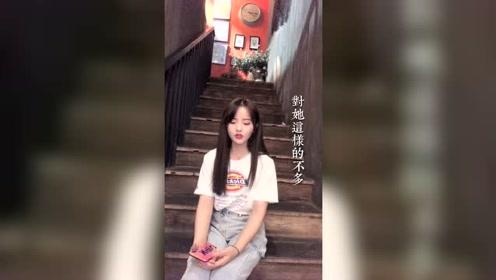 清纯甜美的小姐姐坐在台阶上唱一首《那女孩对我说》太好听了!