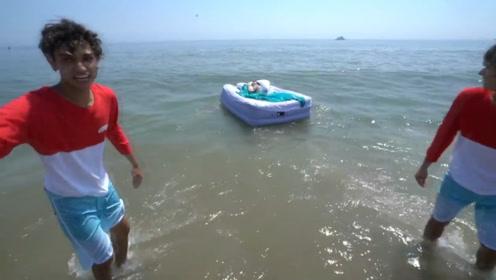 国外熊孩子疯狂恶搞,竟将熟睡老妈扔到海里,简直不要命了!