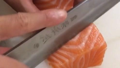 这才是顶级的三文鱼,肥瘦均匀纹路清晰,入口肥美!