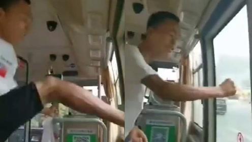湖南永州一男子坐错车执意途中下车,手锤脚踹门窗:我要下车