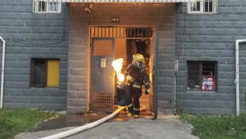 """惊险!居民家中煤气罐着火,消防员""""抱火""""冲下6楼"""