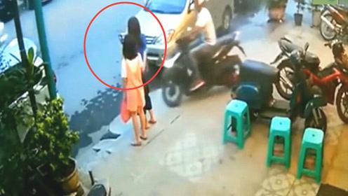 母女在路边看手机,下一秒灾难降临,监控记录下令人愤怒的一幕!