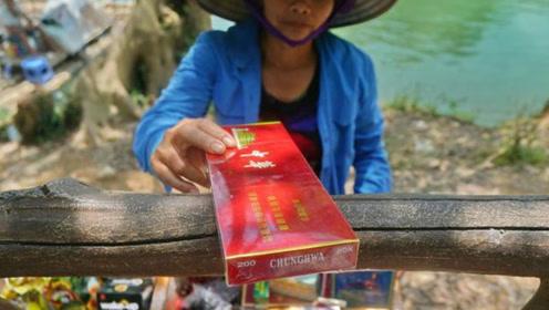 越南小贩越境做生意,中华烟180一条,红牛10块钱给四罐