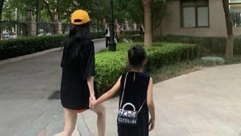 李小璐与女儿手牵手秀美腿身材好,母女同框甜馨丸子头又长个了