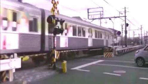 一辆红色轿车在穿过火车同时消失了
