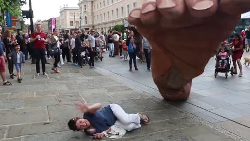 """外国街头惊现""""巨型脚掌""""路人被踩的嗷嗷叫,到底咋回事?"""