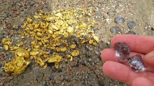 老汉河边捡到一些石头,洗干净后惊呼:我这辈子都花不完!