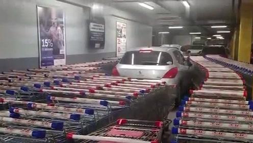 司机将车随意停超市通道 超市员工推几百辆购物车把车堵死