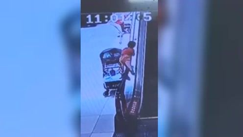 男童贪玩趴上自动扶梯被带至2楼 监控拍下惊险瞬间