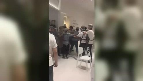 济南一喜茶店工作人员与外卖小哥互殴 引大量群众围观场面混乱