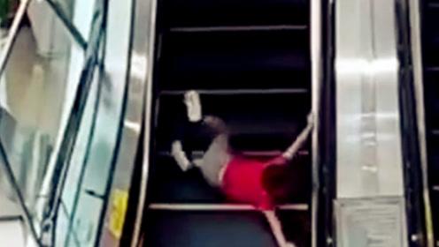 男童搭扶搭没站稳惊险滚落 女子飞身将其扶起送上楼