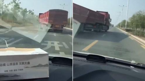 恶劣!半挂车马路上蛇形走位 故意别挡后方车辆