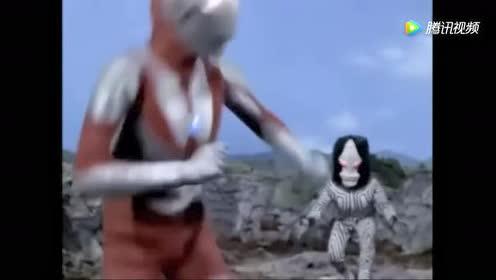 这怪兽有隐身这么强的技能!还被初代奥特曼夹着脑袋打!