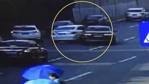 监拍:两车闹市斗气一路互撞,车流中旋转90度