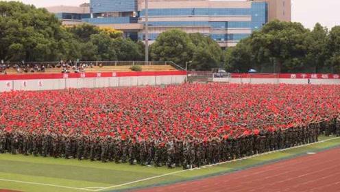 热血沸腾!高校开学合唱《我和我的祖国》,五星红旗飘满操场