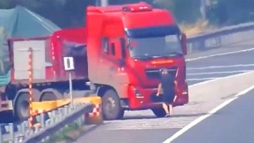 半挂车高速上倒车 为躲监控男子人肉遮挡车牌