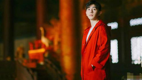 邓伦变身红衣少年郎,红色风衣搭红色裤子现身故宫,你心动吗了?