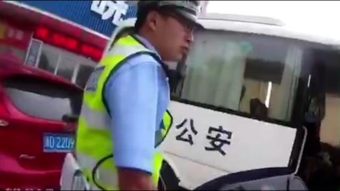 浙江诸暨一电动车男子朝交警扔烟头吐口水 抓伤交警手臂被拘留