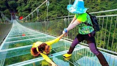 印度游客来中国,体验玻璃栈道却被吓到了,玻璃质量这么差?