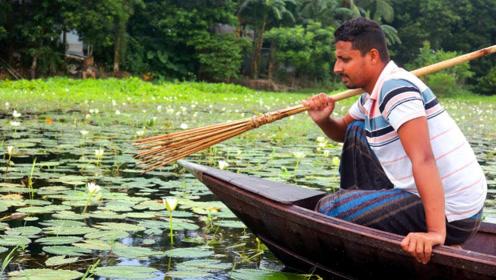 农村大叔静静地蹲在船上,瞬间一叉,看看这条鱼有多大