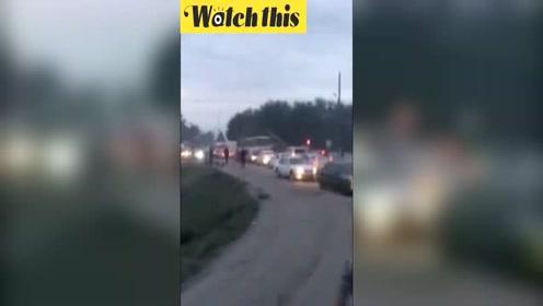 公交车因堵车被迫停在铁轨上 下一秒被火车撞飞