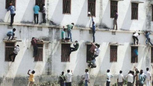 印度学生考试作弊超疯狂,家长爬上楼送答案,警察在旁边都管不了