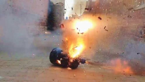 印度大哥将一大串鞭炮装入桶装瓶内,立即点燃引线,下一幕真震撼