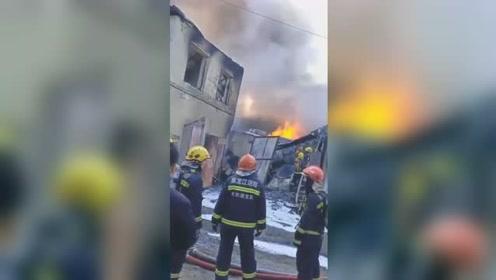 突发!哈尔滨一胶厂发生火灾 起火建筑墙体疑似被高温烤裂