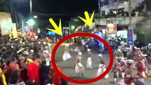 看热闹也有风险!大象突然暴走冲向人群,致使17人受伤!