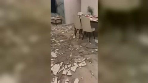 广东江门一小区住户客厅整个天花板掉落 石灰水泥块到处都是
