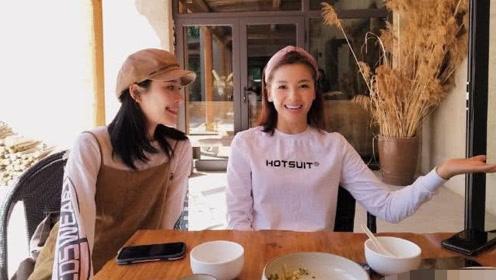 《亲爱的客栈》路透?刘涛与网友合影笑靥如花,带女儿发带抢镜!