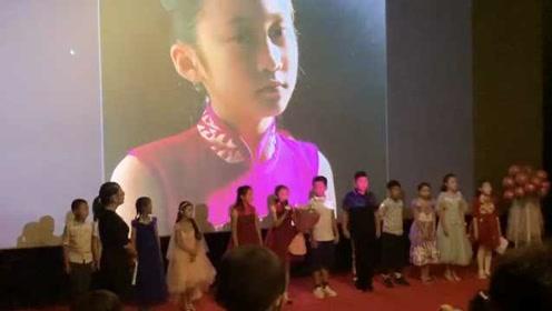 硬核!9岁女孩自导自演,和同学们拍出90分钟电影