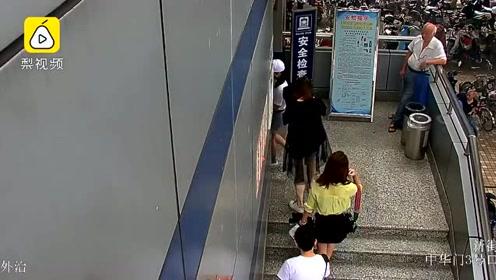 高知男半小时偷拍7名女性裙底,当场被抓:研究生毕业已婚了