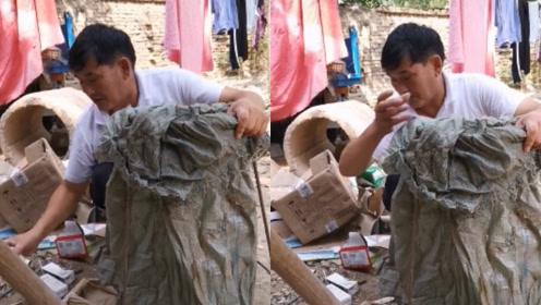 大衣哥刚刚捐完140万,就回家捡垃圾,认真挑选可回收垃圾超赞