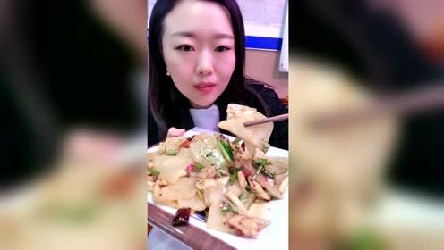 东北大姐今天下馆子吃饺子,看大姐吃饭吃得就是香,看馋了!