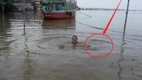 """印度恒河惊现""""吃人水怪"""",3人游泳离奇失踪,河面浮尸数不清!"""