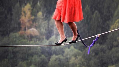 """18岁美女高跟鞋""""走钢丝"""",遭遇下雨湿滑,险些坠入悬崖"""