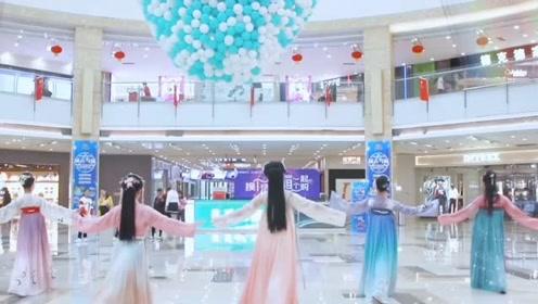 小姐姐们齐聚汉服节在商场快闪《丽人行》,国风真的美!