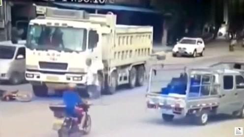 电动车男子作死马路上挑衅卡车司机,司机忍不了撞了过去