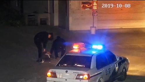 男子醉酒后睡在马路中央,民警上前唤醒反被问:你们怎么在我家