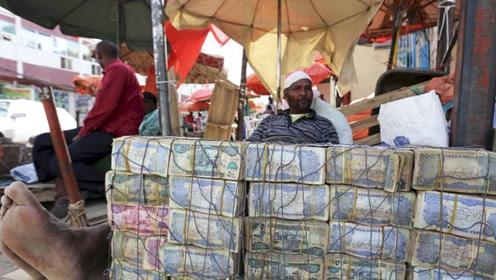 穷的只剩下钱的国家,路边掉一亿都没人捡,成捆的钞票随地摆卖