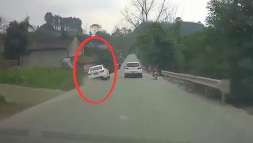 白色小轿车超车失败,直接冲进一旁的深坑,行车记录仪拍下一切!