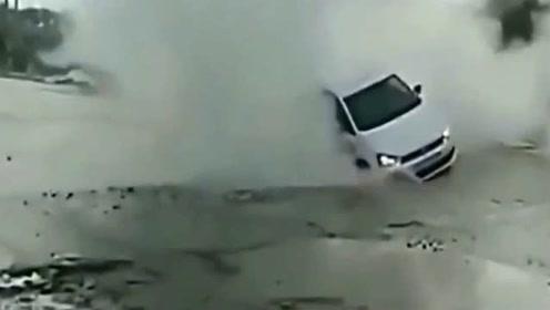 """""""赤裸裸""""的眼瞎,司机一脚油门就钻进了下水道"""