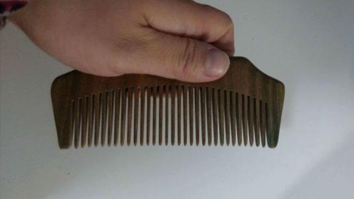 梳子的清洗有窍门,理发店老板教我一招,轻松去除梳子上的油污