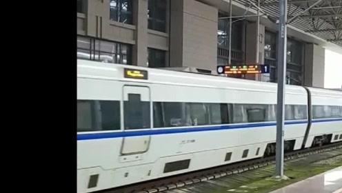 现在很少能看到这个型号的高铁了,而且还是重联,你们认识吗?