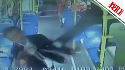 私家车与公交车发生剐蹭 车主从车窗翻入一脚踹在公交司机脸上